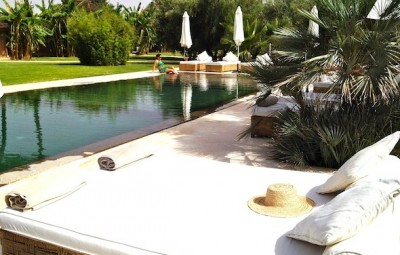 Les 5 djellabas hotel et lodge palmeraie marrakech sun beds pool by koming up