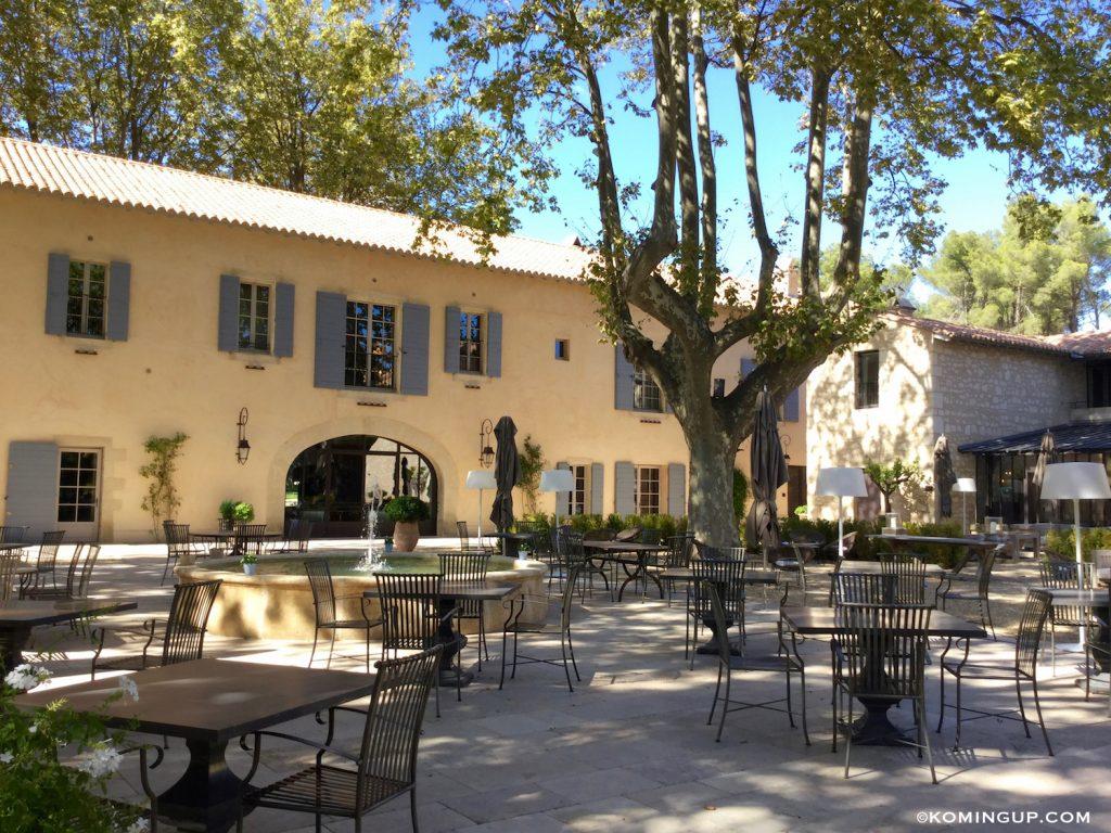 le-domaine-de-manville-hotel-cinq-etoiles-les-baux-de-provence-place-du-village