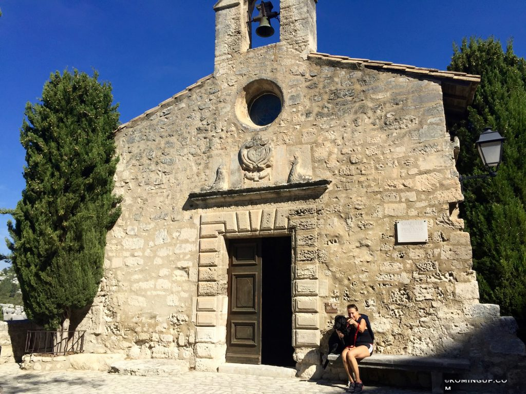 les-baux-de-provence-chapelle-val-et-charlie